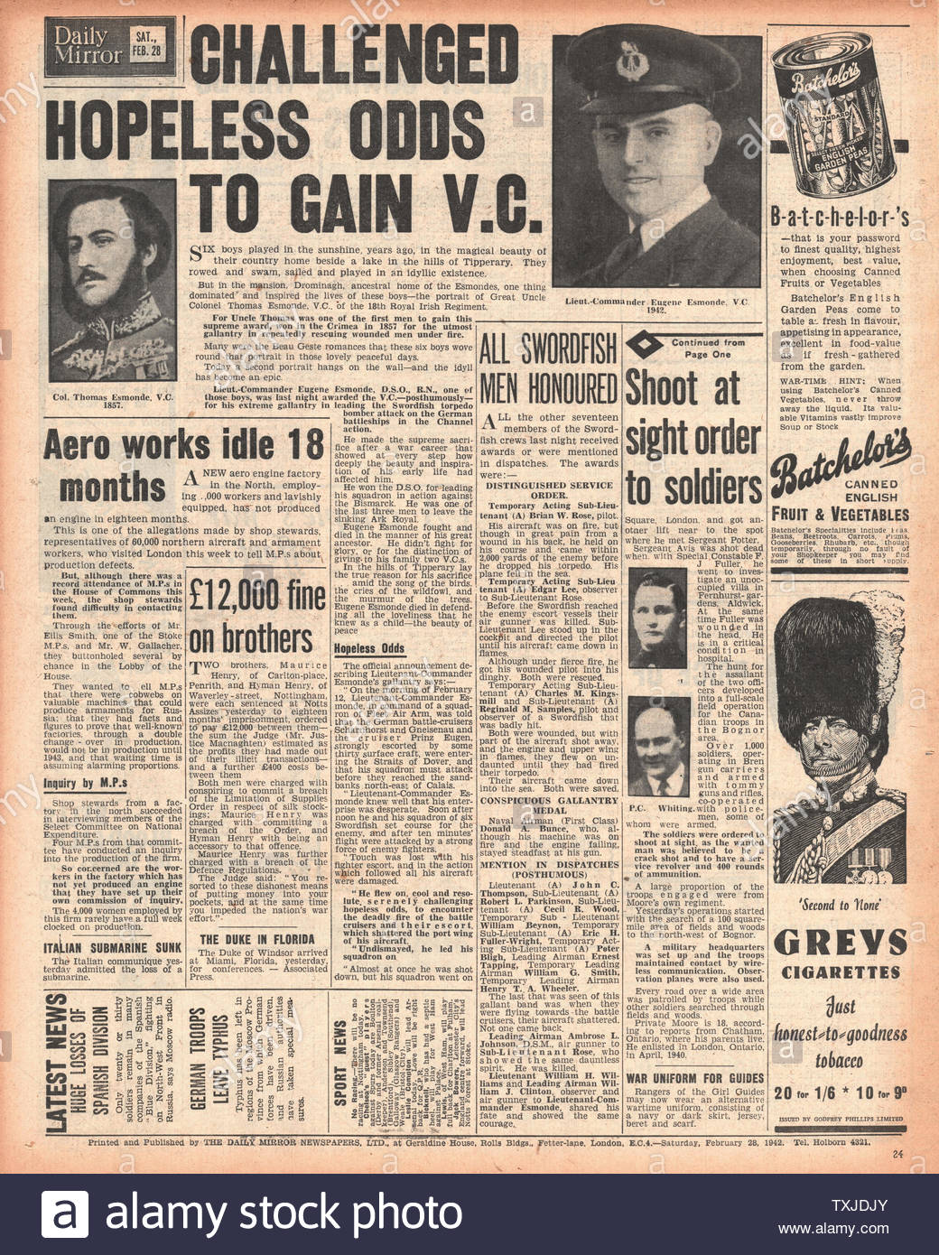 1942 back page  Daily Mirror Eugene Esmonde awarded the Victoria Cross Stock Photo