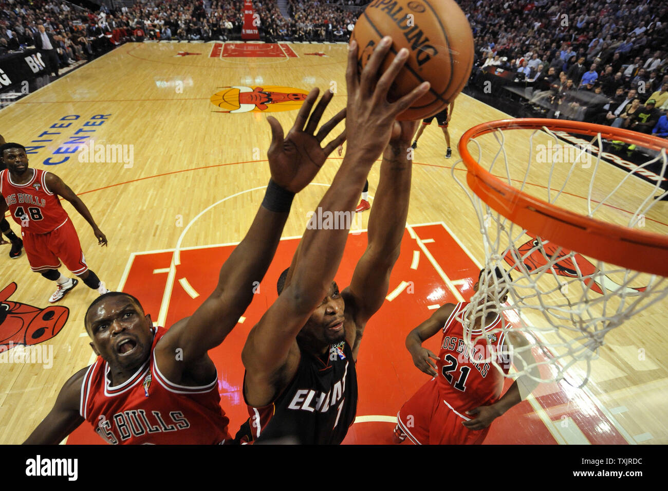 Miami Heat center Chris Bosh (R) dunks as Chicago Bulls