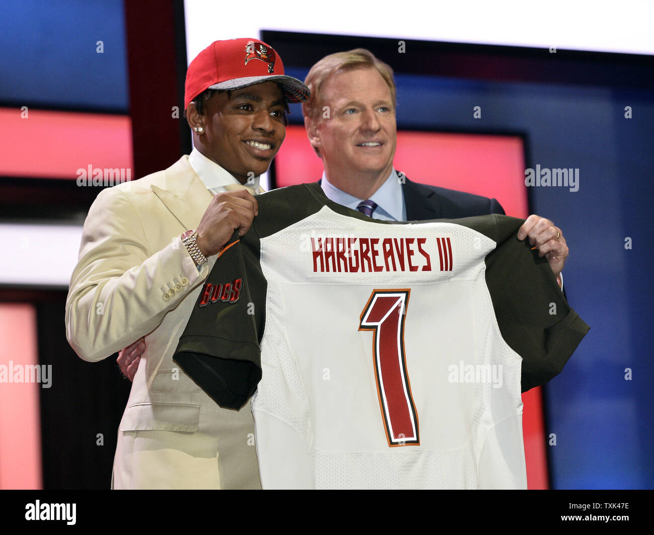 premium selection 48277 ddfea Florida cornerback Vernon Hargreaves III (L)(poses with NFL ...