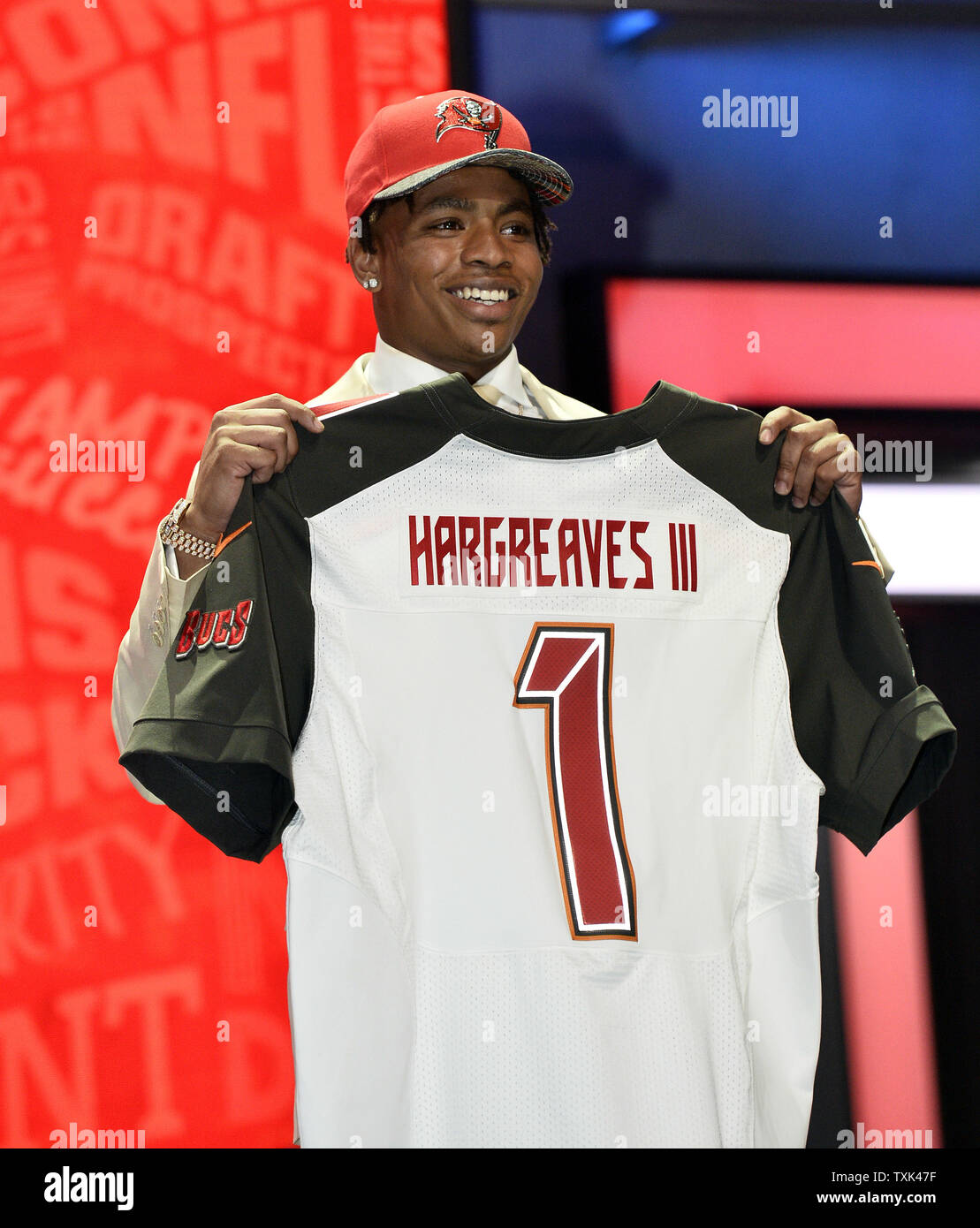 wholesale dealer 9ad6f fcafd Florida cornerback Vernon Hargreaves III holds his jersey ...