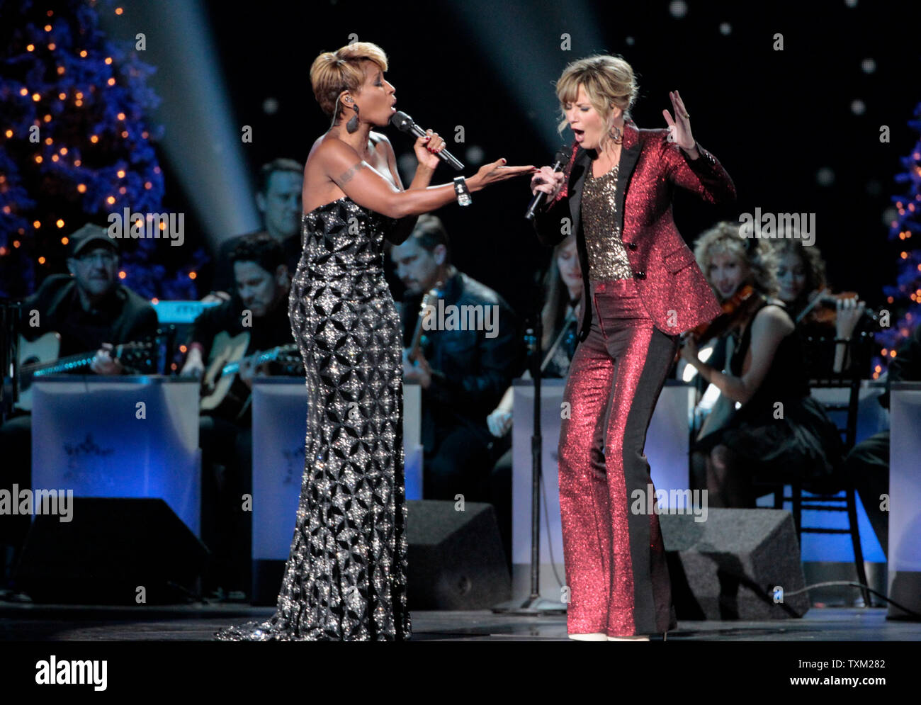 Cma Country Christmas.Mary J Blige Performs With Jennifer Nettles At The Cma