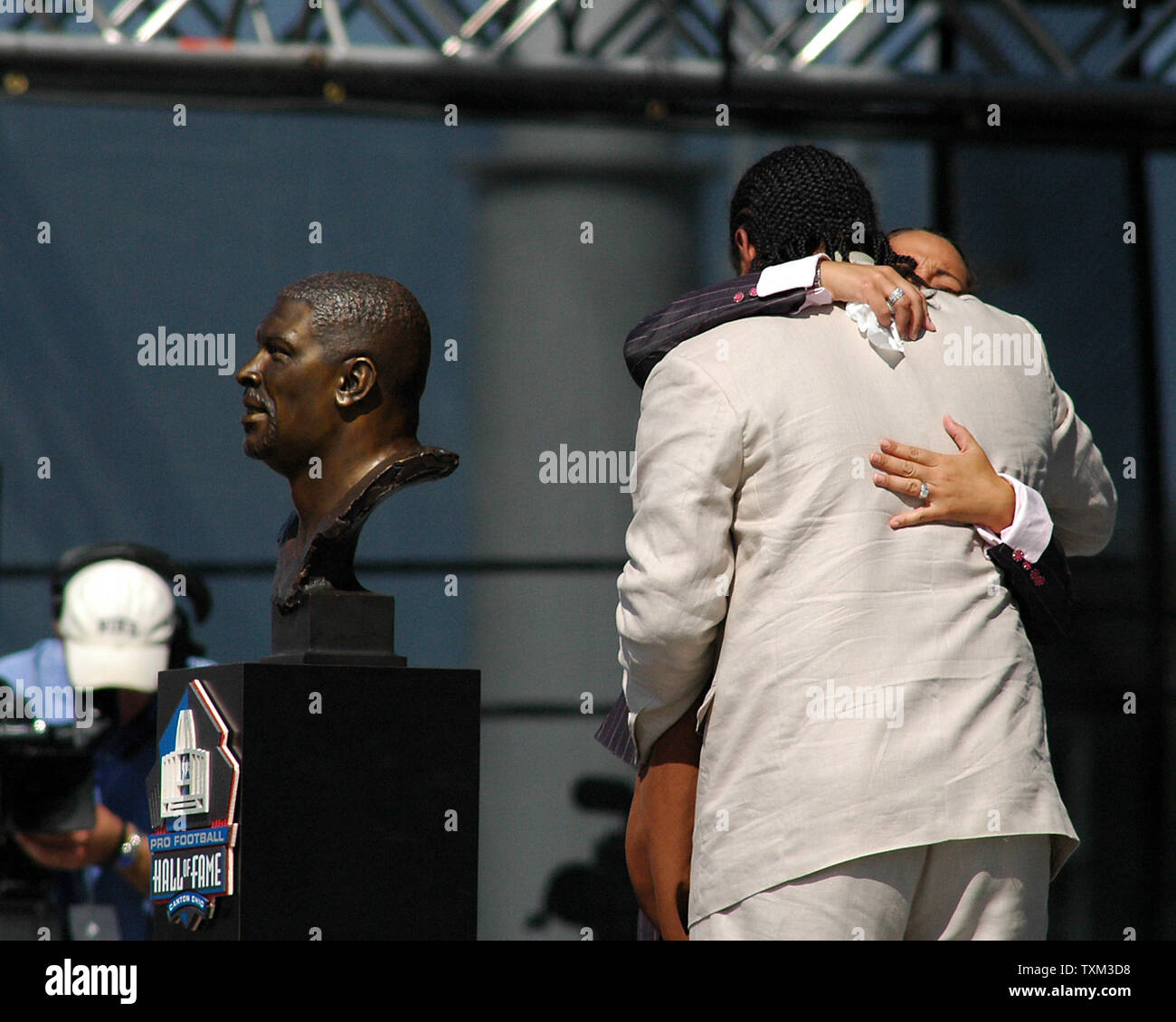 Sara and Jeremy White have a tearful embrace after unveiling the bust of husband and father Reggie White at the enshrinement ceremony at the Football Hall of Fame on August 5, 2006 in Canton, Ohio. (UPI Photo/Stephanie Krell) - Stock Image