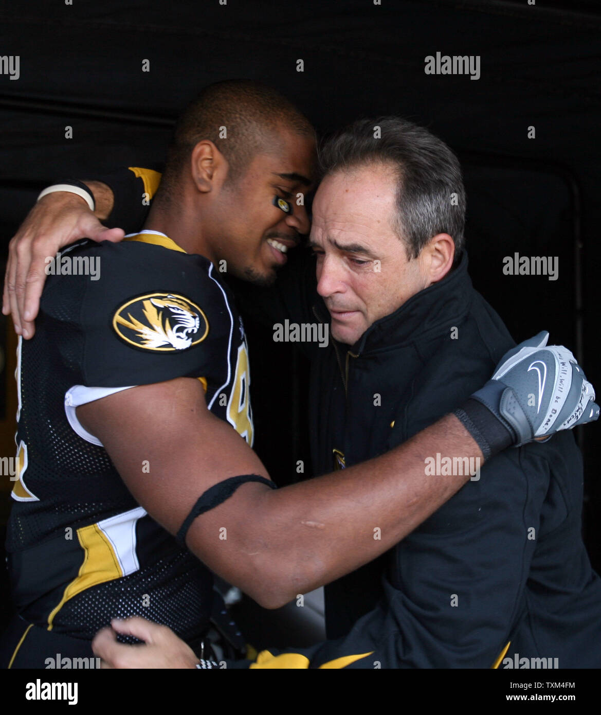 A tearful Missouri Tigers head football coach Gary Pinkel (R) embraces senior wide receiver Martin Rucker prior to the last 2007 home game, against the Texas A&M Aggies at Faurot Field in Columbia, Missouri on November 10, 2007.   (UPI Photo/Bill Greenblatt) - Stock Image