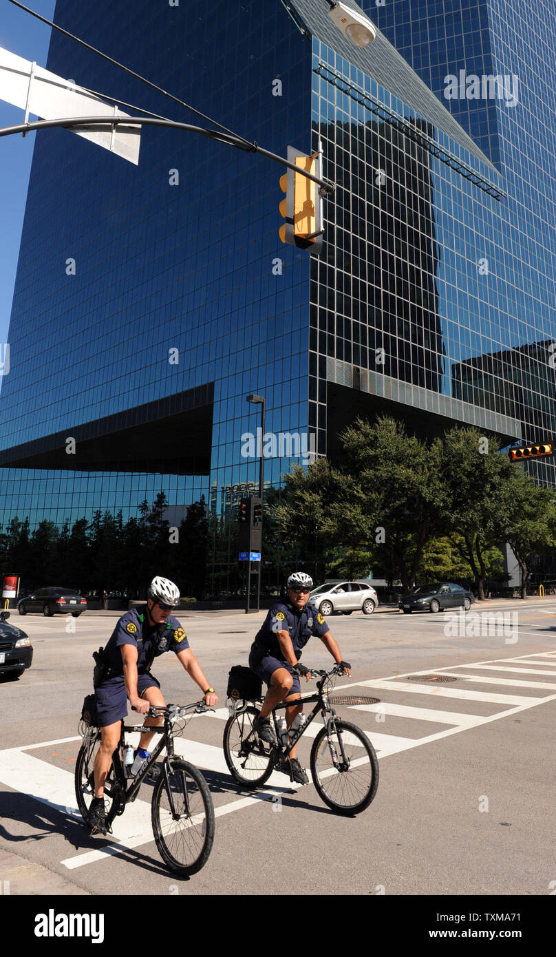 Police officers bike past the Fountain Place building in Dallas, Texas on September 25, 2009. According to the FBI, Jordanian citizen Hosam Maher Husein Smadi parked a vehicle laden with government-supplied fake explosives in the underground parking garage of the 60-story tower in downtown Dallas. Smadi's arrest yesterday was part of an FBI sting operation that began after an agent monitoring an online extremist Web site discovered Smadi espousing jihad against the U.S. more than six months ago.      UPI/Ian Halperin - Stock Image