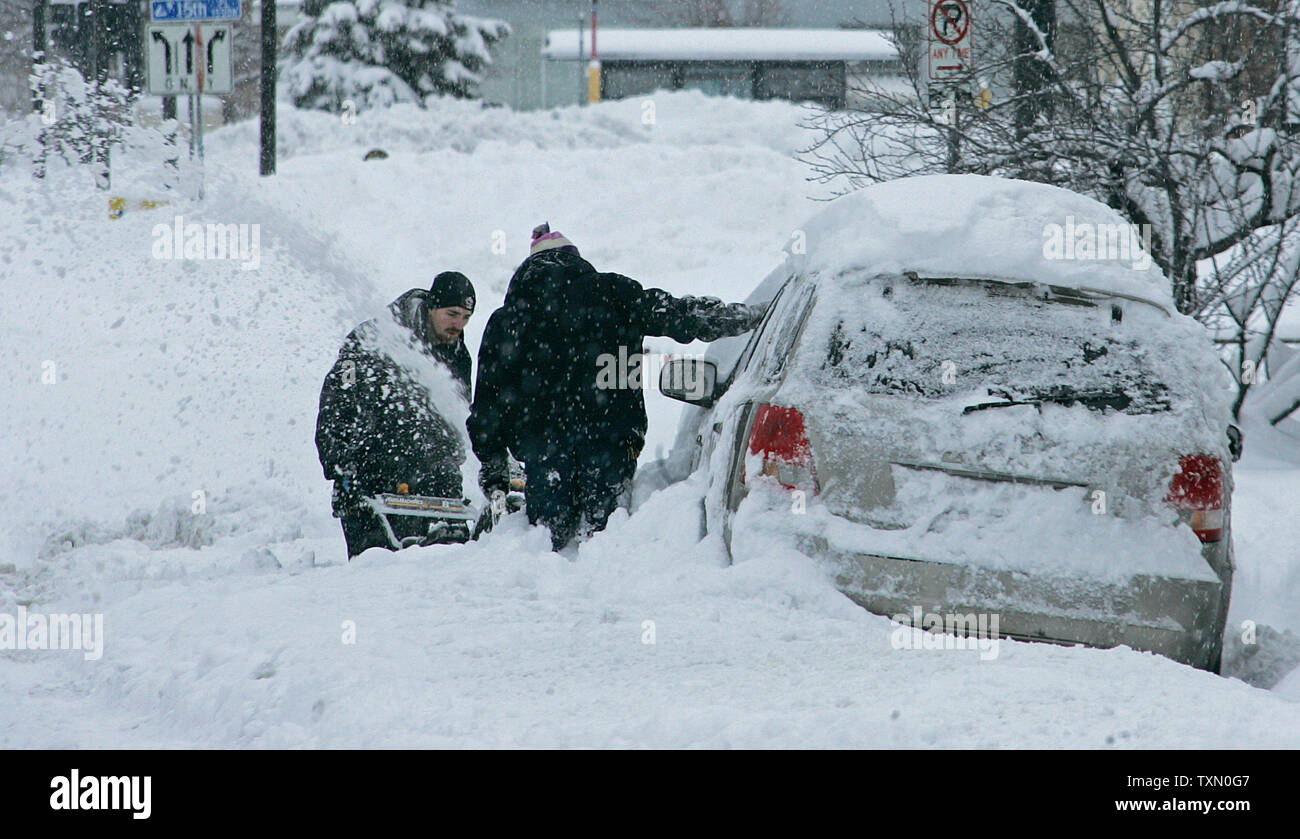 Residents continue efforts to dig out their vehicles as snow continues to fall for the second day during a holiday snowstorm in Denver on December 21, 2006.  (UPI Photo/Gary C. Caskey) - Stock Image