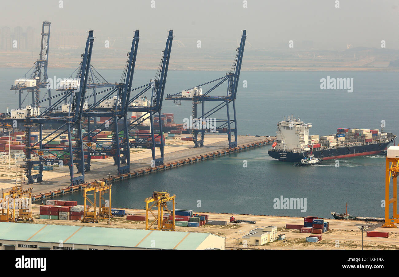 China Shipping Container Lines Stock Photos & China Shipping