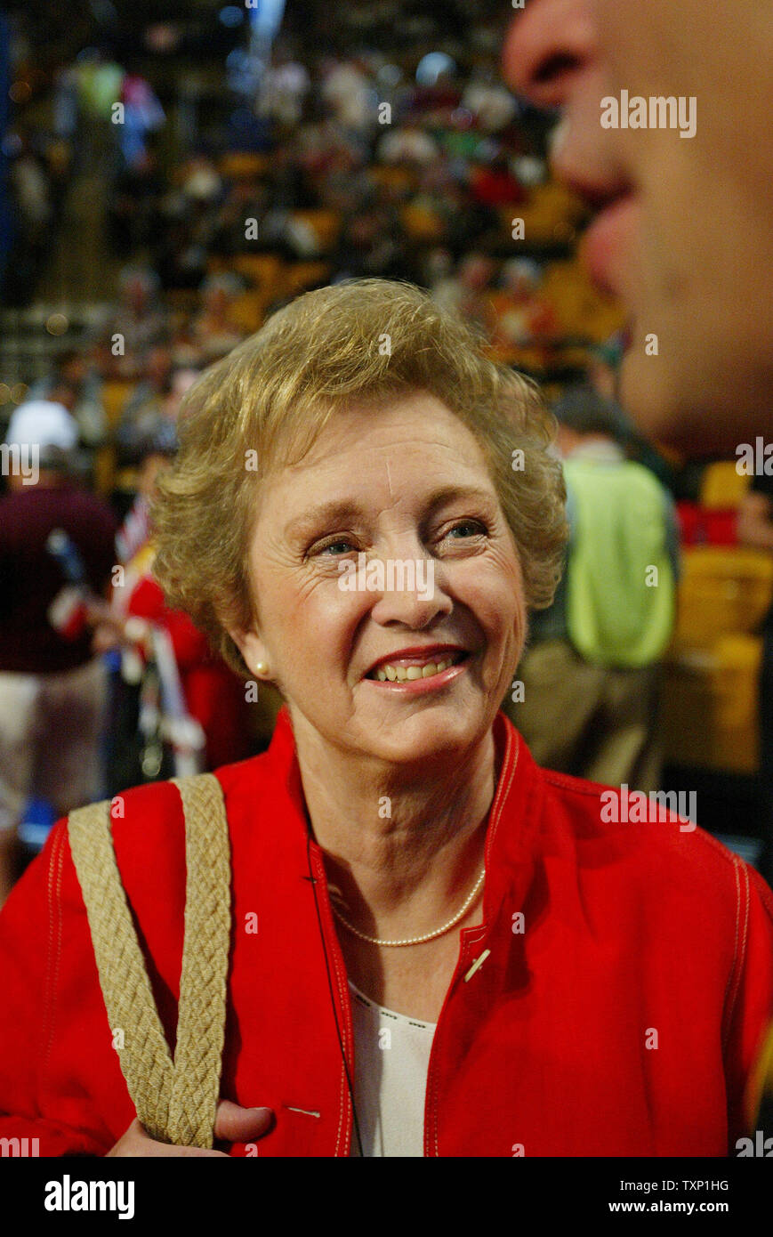 Former U.S. Senator Jean Carnahan (D-MO) talks with other ...