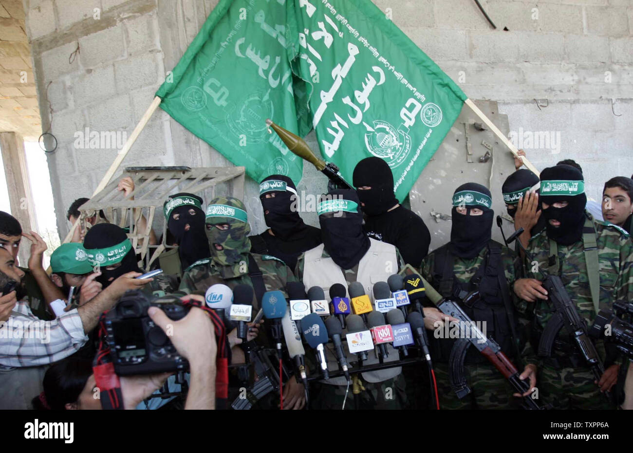 The military wing of Hamas, the Ezz El-Deen Al-Qassam Brigades, gives a news conference in Beit Lahia in northern Gaza on July 8, 2006. According to sources, Israel has pulled out its forces from the town of Beit Lahia following the death of 35 Palestinians and one Israeli soldier since Israel launched a large scale military operation in Gaza this week aimed at preventing rocket attacks and securing the release of a captured soldier.  (UPI Photo/Ismael Mohamad) - Stock Image