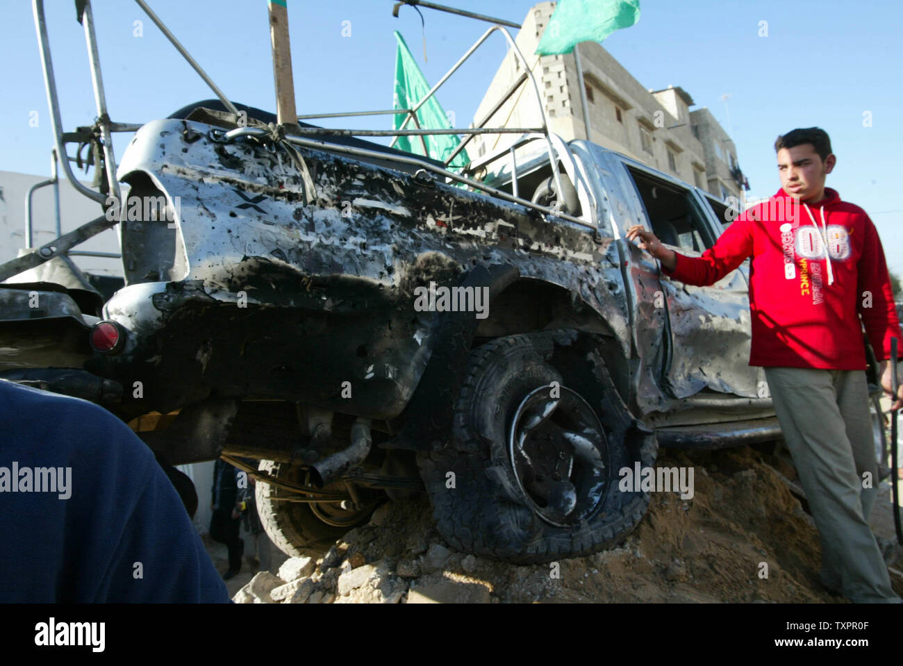 A Palestinian  look at a car belonging to the Hamas security forces which was damaged in a roadside bomb attack on Thursday in northern Gaza January 26 2007. Tensions rose in the Gaza Strip today after renewed clashes between the ruling Hamas movement and president Mahmud Abbas's Fatah party killed six people in less than a day.(UPI Photo/Ismael Mohamad) - Stock Image