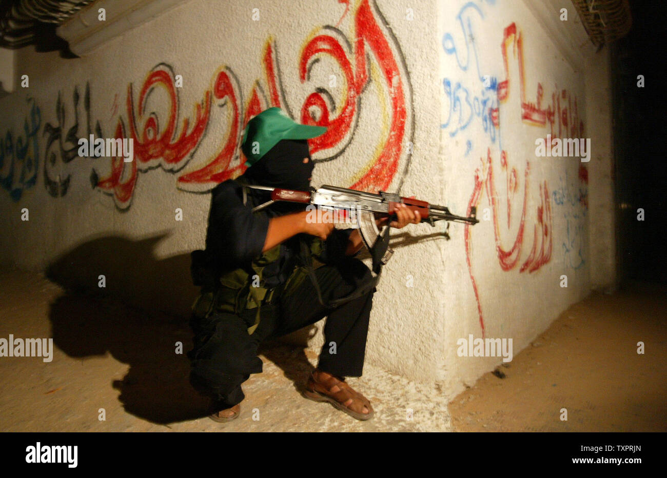 Palestinian members of Hamas' armed wing, the Ezzedine al-Qassam Brigades, are seen training in Rafah, southern Gaza, early on September 14, 2007. Hamas said its security forces in Gaza have gone on high alert ahead of an anticipated large-scale Israeli offensive in the Islamist-controlled Palestinian territory.(UPI Photo/Ismael Mohamad) - Stock Image