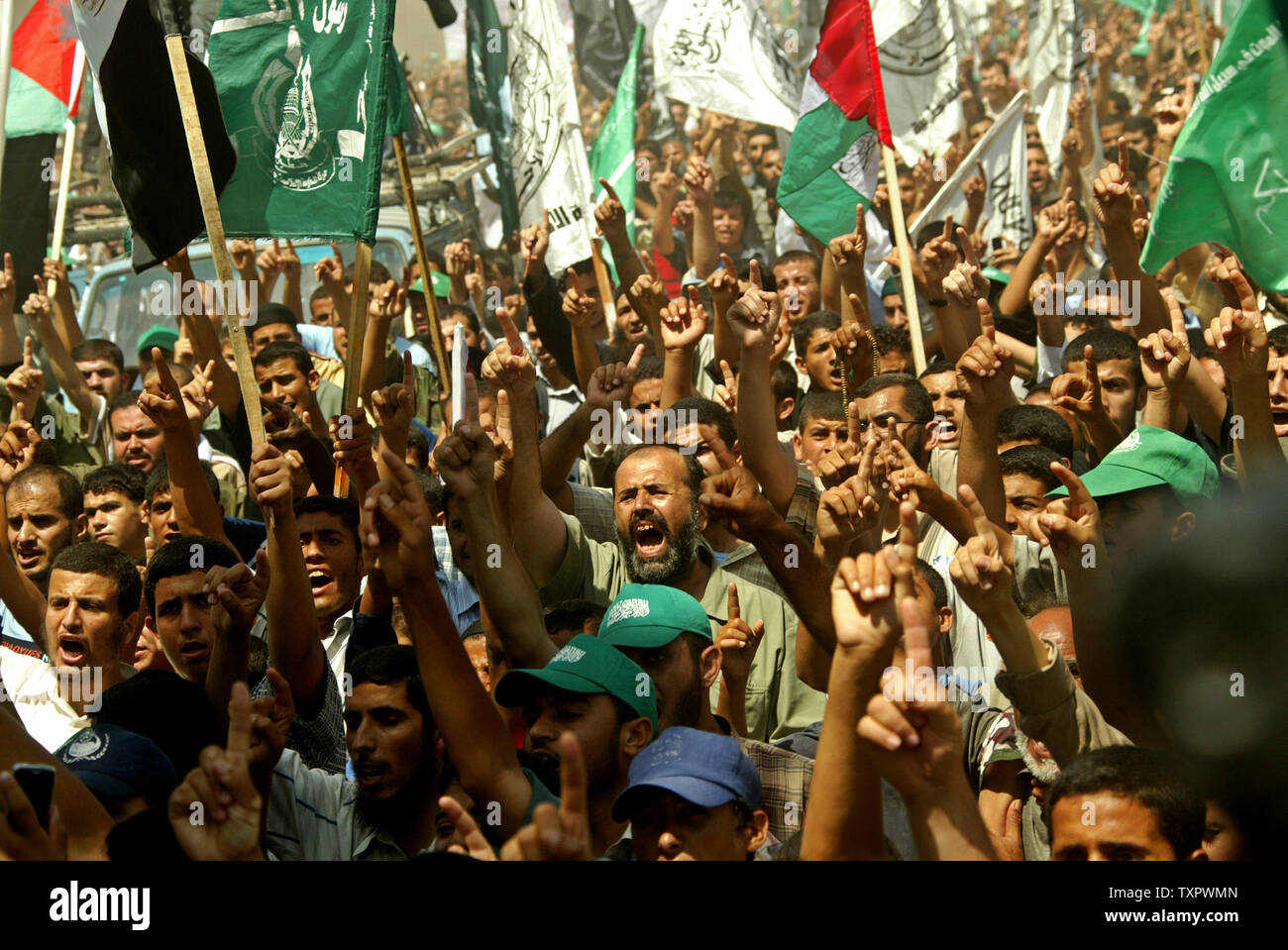Palestinians shout slogans during a demonstration called by Hamas to protest against the Israeli blockade at the border town of Rafah between Egypt and Gaza on June 6, 2008. Israeli Prime Minister Ehud Olmert today raised the full-scale military operation in the Hamas-run Gaza  despite Egyptian attempts to mediate a truce.(UPI Photo/Ismael Mohamad) - Stock Image