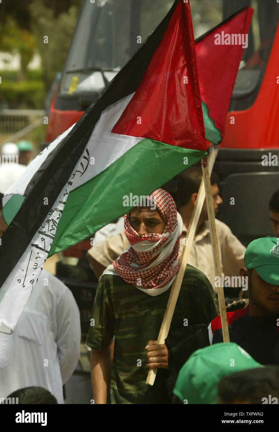 Palestinians participate in a demonstration called by Hamas to protest against the Israeli blockade at the border town of Rafah between Egypt and Gaza on June 6, 2008. Israeli Prime Minister Ehud Olmert today raised the full-scale military operation in the Hamas-run Gaza despite Egyptian attempts to mediate a truce.(UPI Photo/Ismael Mohamad) - Stock Image