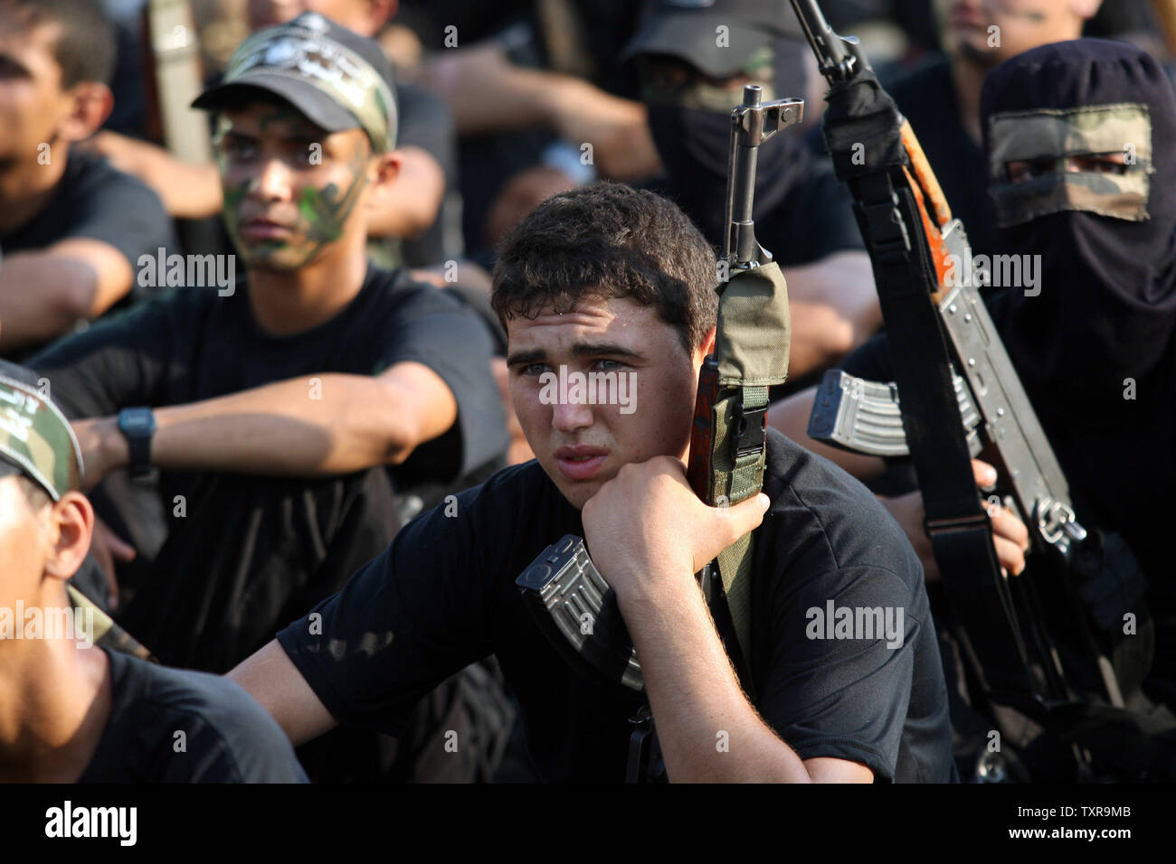 Young Palestinians  during a military-style exercise at the Liberation Youths summer camp organised by the Hamas movement, in Khan younis in the southern Gaza Strip August 5, 2015. Hamas stages dozens of military-style summer camps for young Palestinians in the Gaza Strip to prepare them to 'confront any possible Israeli attack', organisers from Hamas said. Photo by Ismael Mohamad/UPI - Stock Image
