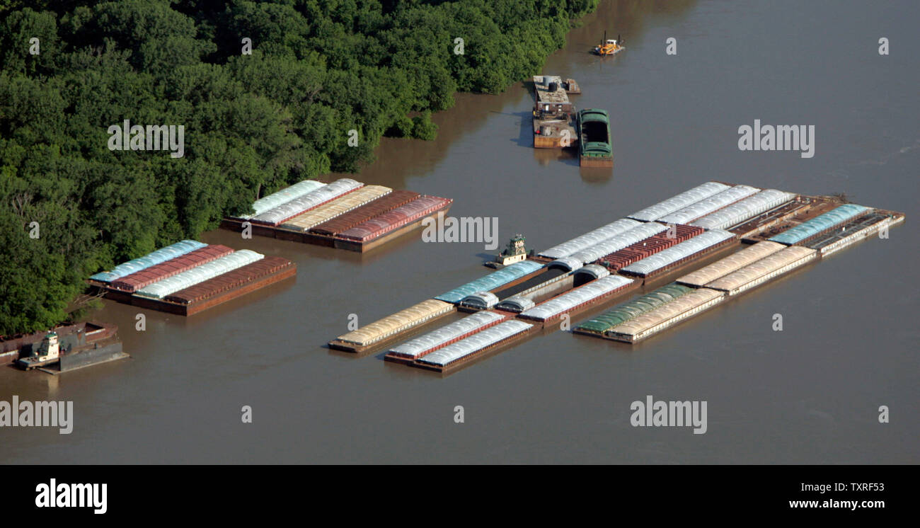 Barges On The Mississippi River Stock Photos & Barges On The
