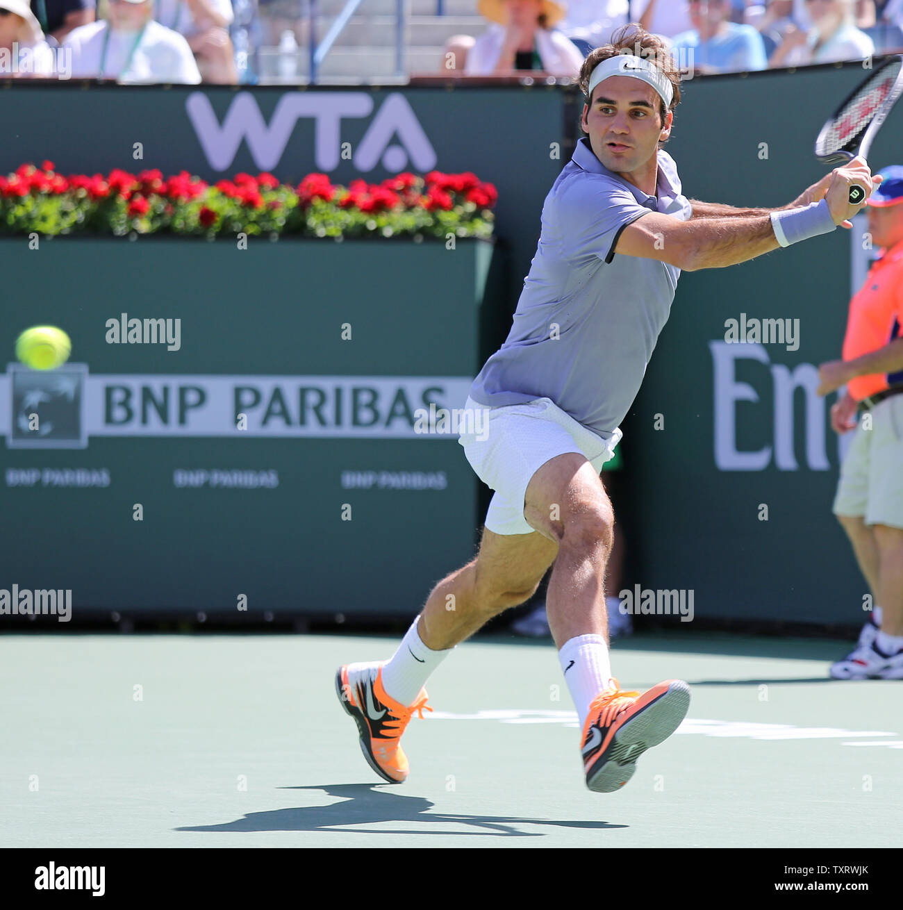 piloto promoción Son  Roger Federer of Switzerland prepares to hit a shot during his men's  semifinal match against Alexandr Dolgopolov at the BNP Paribas Open in Indian  Wells, California on March 15, 2014. Federer defeated