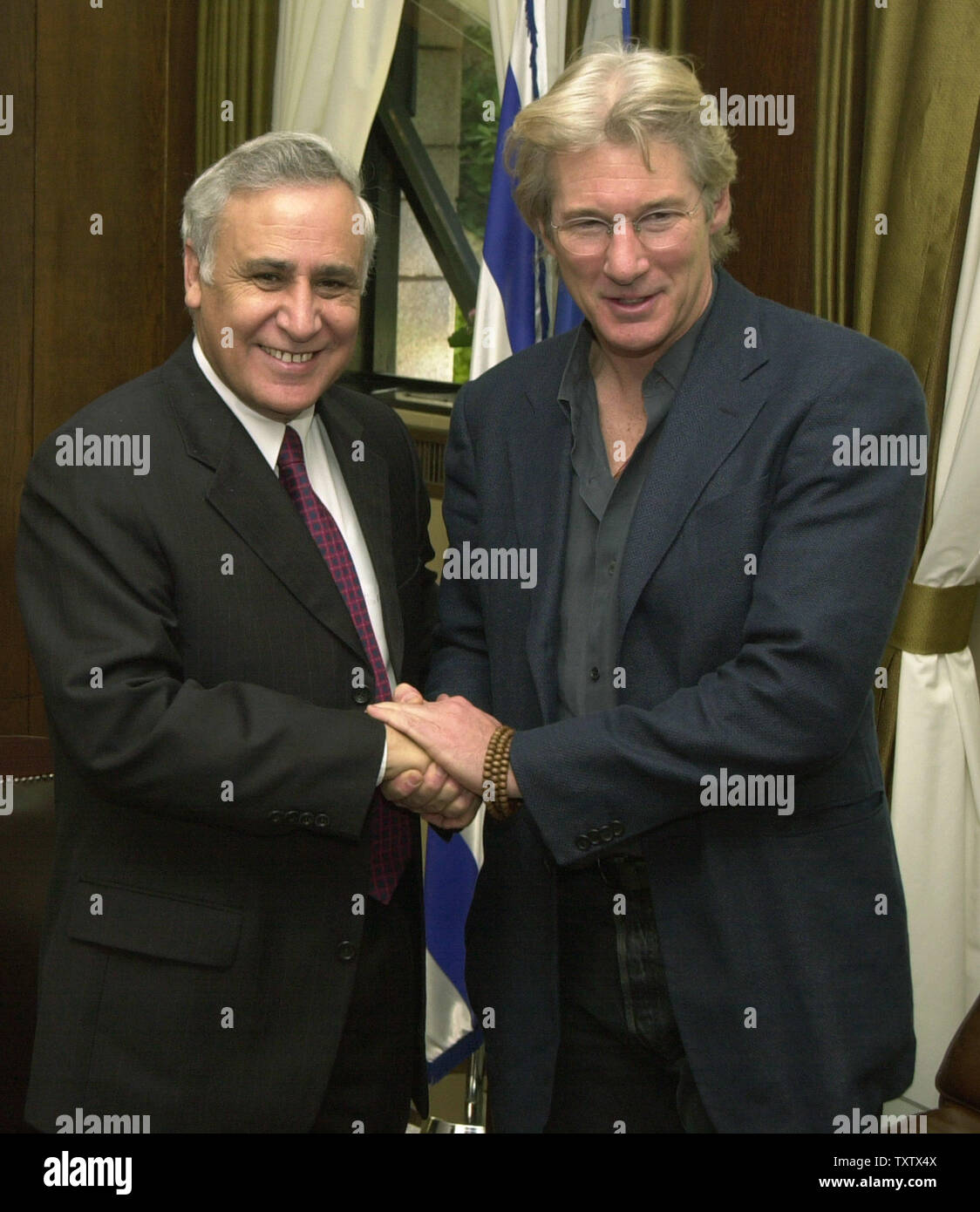 Left, Israeli President Moshe Katsav shakes hands with  Richard Gere in his residence in Jerusalem, Israel, December 10, 2003. Gere is on a private visit to Israel and the Palestinian territories. (UPI Photo/Debbie Hill) - Stock Image