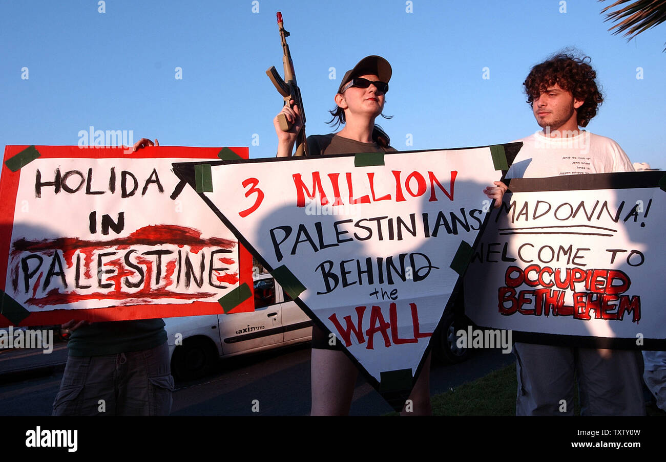 An Israeli activist holds a toy gun at a demonstration against Israel's separation wall outside the David Intercontinental Hotel in Tel Aviv where the Pop Star Madonna is staying, September 19, 2004. Madonna is on a five day spiritual pilgrimage  to Israel to practice her newfound faith, Jewish mysticism, Kabbalah. (UPI Photo/Debbie Hill) - Stock Image