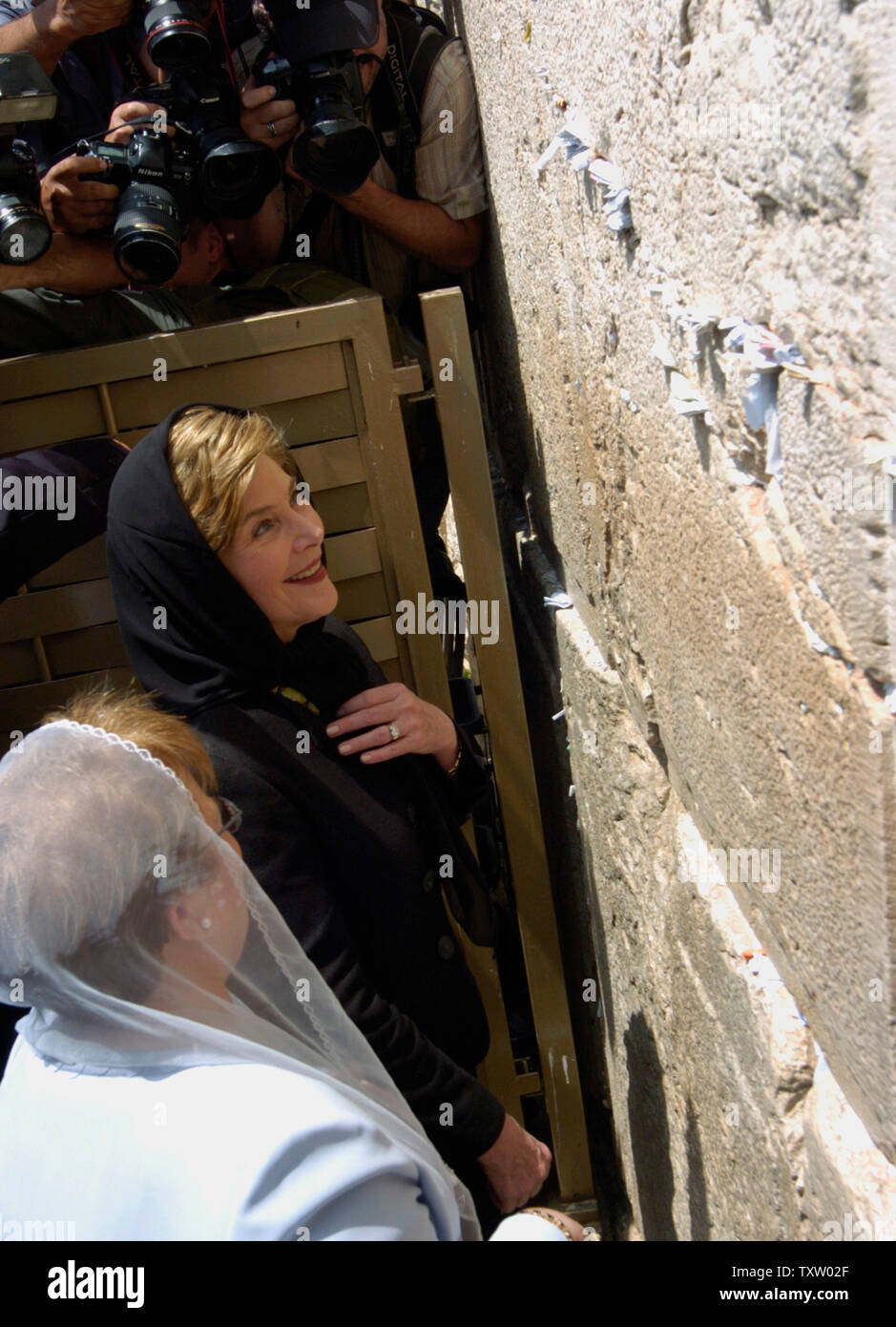 Israeli First Lady Gila Katsav (L), stands by US First Lady Laura Bush at the Western Wall, Judaism's holiest site, in the Old City of Jerusalem, May 22, 2005. Mrs. Bush is visiting Israel as part of a six day tour in the region, aimed at advancing women's rights in the Middle East. (UPI Photo/Debbie Hill) - Stock Image