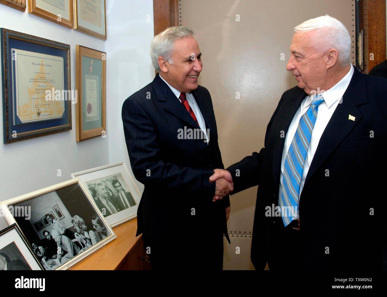 Israeli Prime Minister Ariel Sharon meets Israeli President Moshe Katsav at the presidential  residence in Jerusalem to ask for the Israeli parliament to be dissolved, resulting in early elections in March, November 21, 2005. Prime Minister Sharon will start a new centrist party, leaving the Likud Party in the upcoming election.  (UPI Photo/Avi Ohayon, GPO Photo) - Stock Image