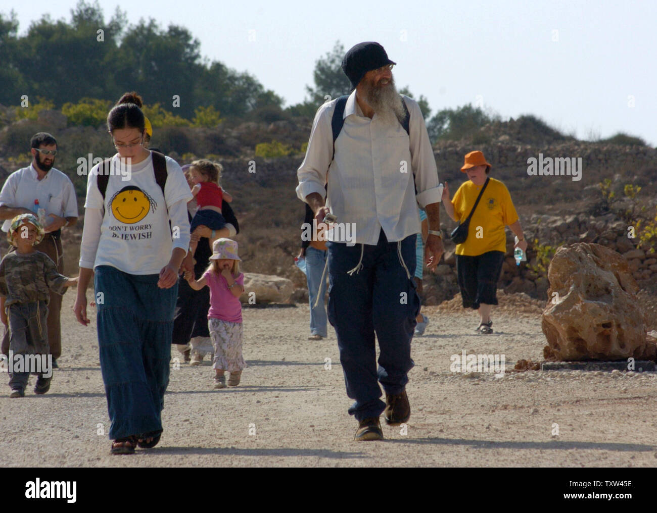 Israeli right-wing settlers walk to Givat Ha'Eitam, near the Jewish settlement Efrat in the West Bank, September 30, 2007, to start a new settler outpost.   (UPI Photo/ Debbie Hill) - Stock Image