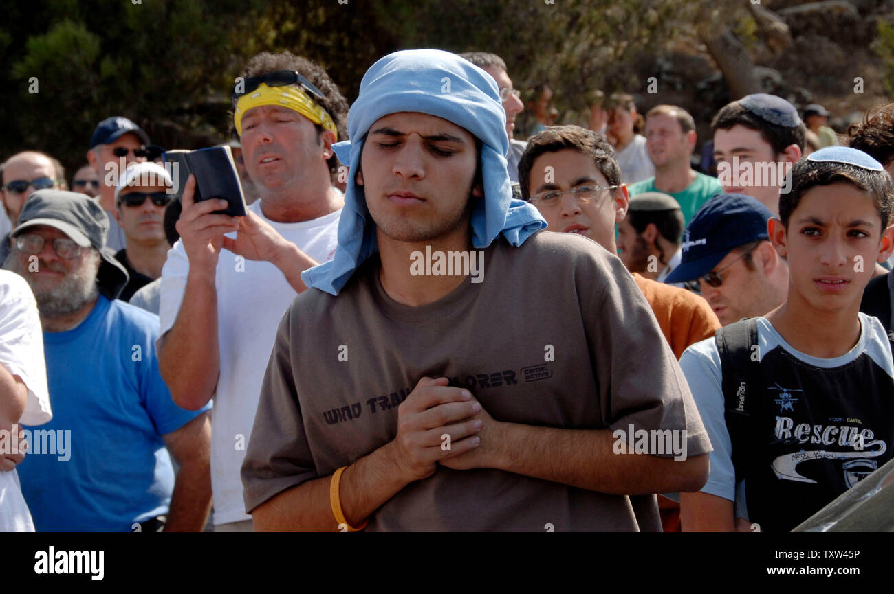 Israeli right-wing settlers pray in the Jewish settlement Efrat in the West Bank, September 30, 2007 before marching to Givat Ha'Eitam to start a new settler outpost.   (UPI Photo/ Debbie Hill) - Stock Image
