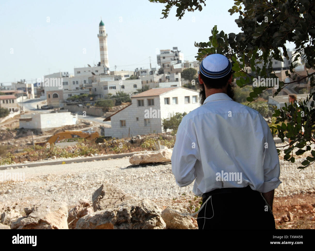 An Israeli right-wing settler looks at a Palestinian village near the Jewish settlement Efrat in the West Bank, September 30, 2007.    (UPI Photo/ Debbie Hill) - Stock Image