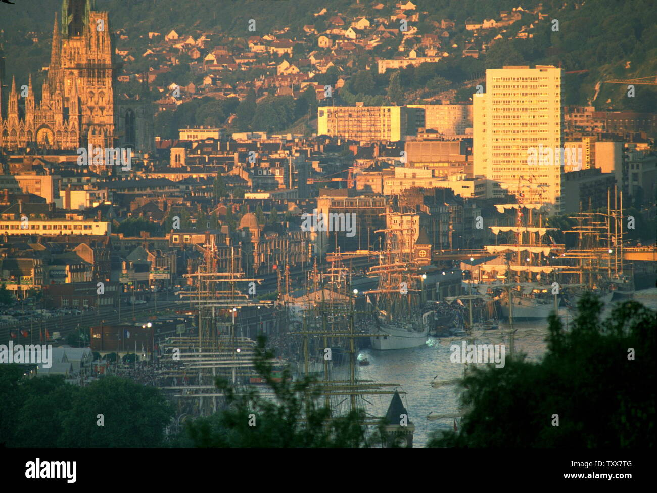 AJAXNETPHOTO. 1989. ROUEN, FRANCE. - VOILE DE LA LIBERTE - TALL SHIPS MOORED ON THE QUAYS IN THE SHADOW OF A DYING SUN. PHOTO:JONATHAN EASTLAND/AJAX REF:22506 1 43 Stock Photo