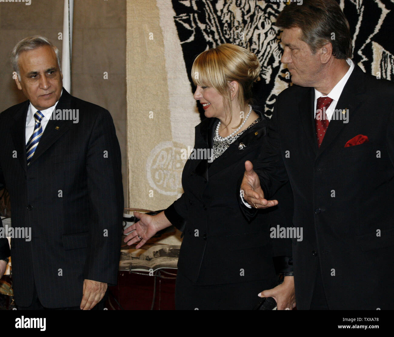 Ukraine's President Viktor Yushchenko (R) with his wife Ekaterina welcomes Israeli President Moshe Katsav (L) at the opening ceremony of an exhibition devoted to the Holocaust in Kiev on September 26, 2006. Moshe Katsav arrived in Kiev to take part in commemorations marking the 65th anniversary of the Nazi massacre at Babi Yar.  (UPI Photo/Sergey Starostenko) - Stock Image