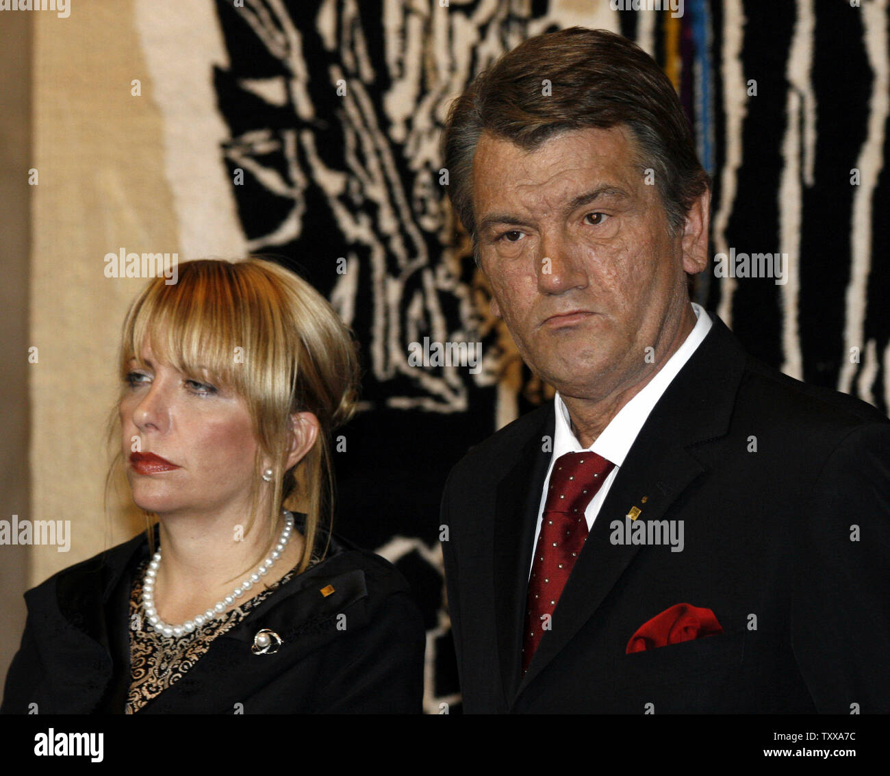 Ukraine's President Viktor Yushchenko with his wife Ekaterina attends the opening ceremony of an exhibition devoted to the Holocaust in Kiev on September 26, 2006. Moshe Katsav arrived in Kiev to take part in commemorations marking the 65th anniversary of the Nazi massacre at Babi Yar.  (UPI Photo/Sergey Starostenko) - Stock Image