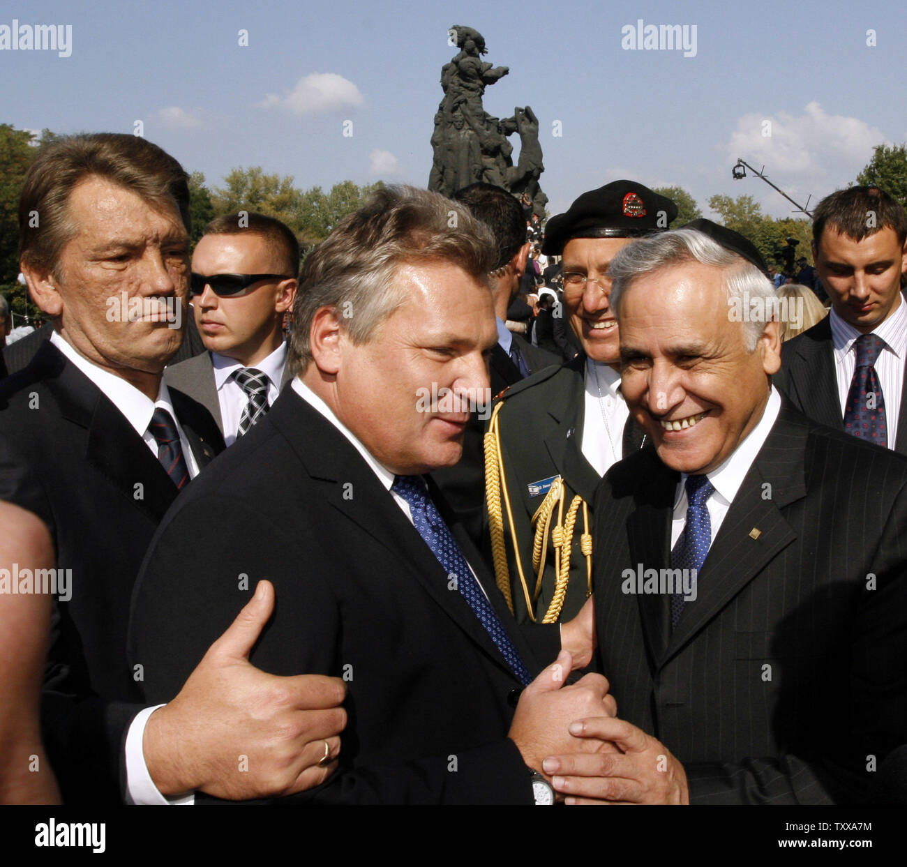 Ukraine's President Viktor Yushchenko (L), former Polish President Alexander Kwasniewski and Israeli President Moshe Katsav (R) talk after a wreath laying ceremony at a monument commemorating the victims of the Nazi massacre in Babiy Yar, in Kiev on September 27, 2006. Ukraine marks this week the 65th anniversary of the Babiy Yar tragedy where tens of thousands Jews were killed by Nazis.  (UPI Photo/Sergey Starostenko) - Stock Image