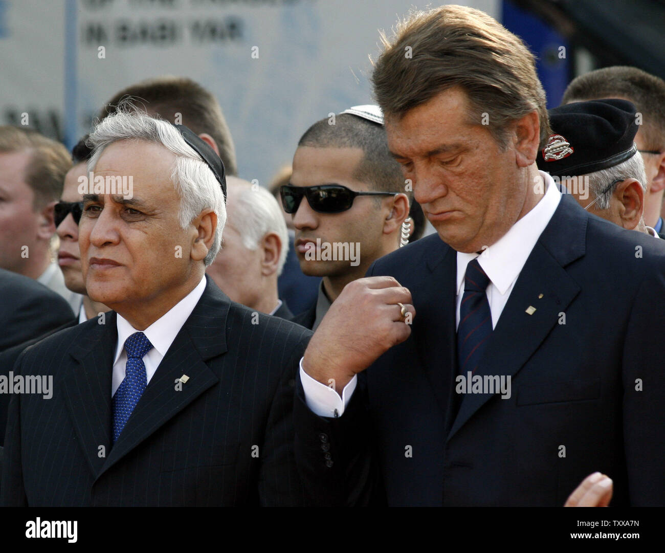 Ukraine's President Viktor Yushchenko (R) crosses himself as he attends with Israeli President Moshe Katsav a wreath laying ceremony at a monument commemorating the victims of the Nazi massacre in Babiy Yar, in Kiev on September 27, 2006. Ukraine marks this week the 65th anniversary of the Babiy Yar tragedy where tens of thousands Jews were killed by Nazis.  (UPI Photo/Sergey Starostenko) - Stock Image