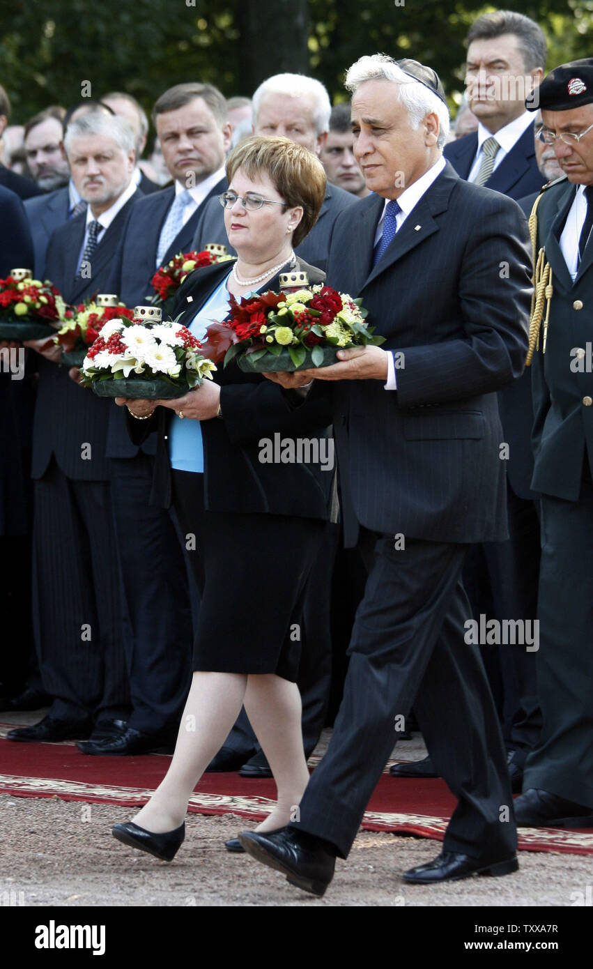 Israeli President Moshe Katsav and his wife Gila attend a wreath laying ceremony at a monument commemorating the victims of the Nazi massacre in Babiy Yar, in Kiev on September 27, 2006. Ukraine marks this week the 65th anniversary of the Babiy Yar tragedy where tens of thousands Jews were killed by Nazis.  (UPI Photo/Sergey Starostenko) - Stock Image