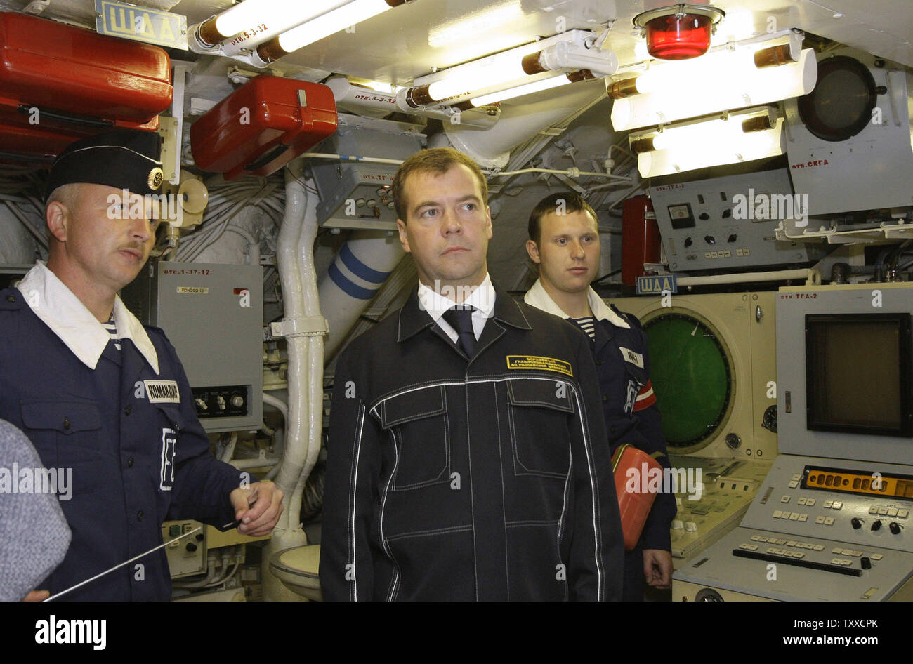 President Dmitry Medvedev (C) wearing NAVY uniform visits the 'St. George the Victor' nuclear powered submarine at the Russian Pacific Fleet submarine base at Krasheninnikov Harbor on the Kamchatka Peninsula in the Russian Far East on September 25, 2008. (UPI Photo/Anatoli Zhdanov) - Stock Image