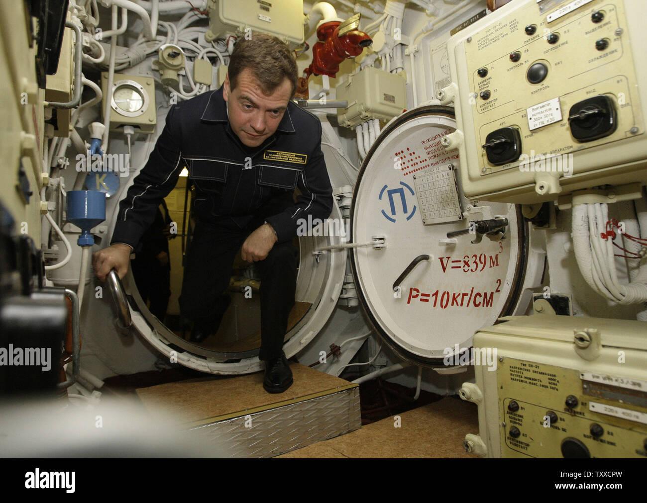 President Dmitry Medvedev wearing NAVY uniform visits the 'St. George the Victor' nuclear powered submarine at the Russian Pacific Fleet submarine base at Krasheninnikov Harbor on the Kamchatka Peninsula in the Russian Far East on September 25, 2008. (UPI Photo/Anatoli Zhdanov) - Stock Image