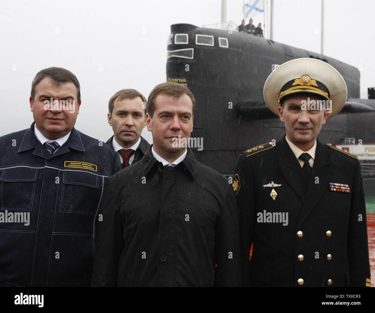 President Dmitry Medvedev (C) with Defense Minister Anatoly Serdyukov (L) and Naval Commander Adm. Vladimir Vysotsky visit the 'St. George the Victor' nuclear powered submarine at the Russian Pacific Fleet submarine base at Krasheninnikov Harbor on the Kamchatka Peninsula in the Russian Far East on September 25, 2008. (UPI Photo/Anatoli Zhdanov) - Stock Image
