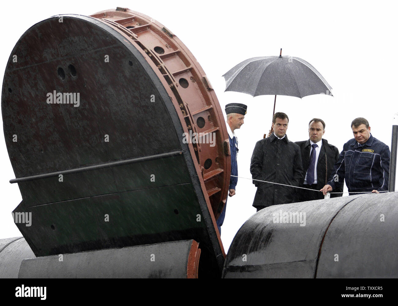 President Dmitry Medvedev (C) with Defense Minister Anatoly Serdyukov (R) visits the 'St. George the Victor' nuclear powered submarine at the Russian Pacific Fleet submarine base at Krasheninnikov Harbor on the Kamchatka Peninsula in the Russian Far East on September 25, 2008. (UPI Photo/Anatoli Zhdanov) - Stock Image