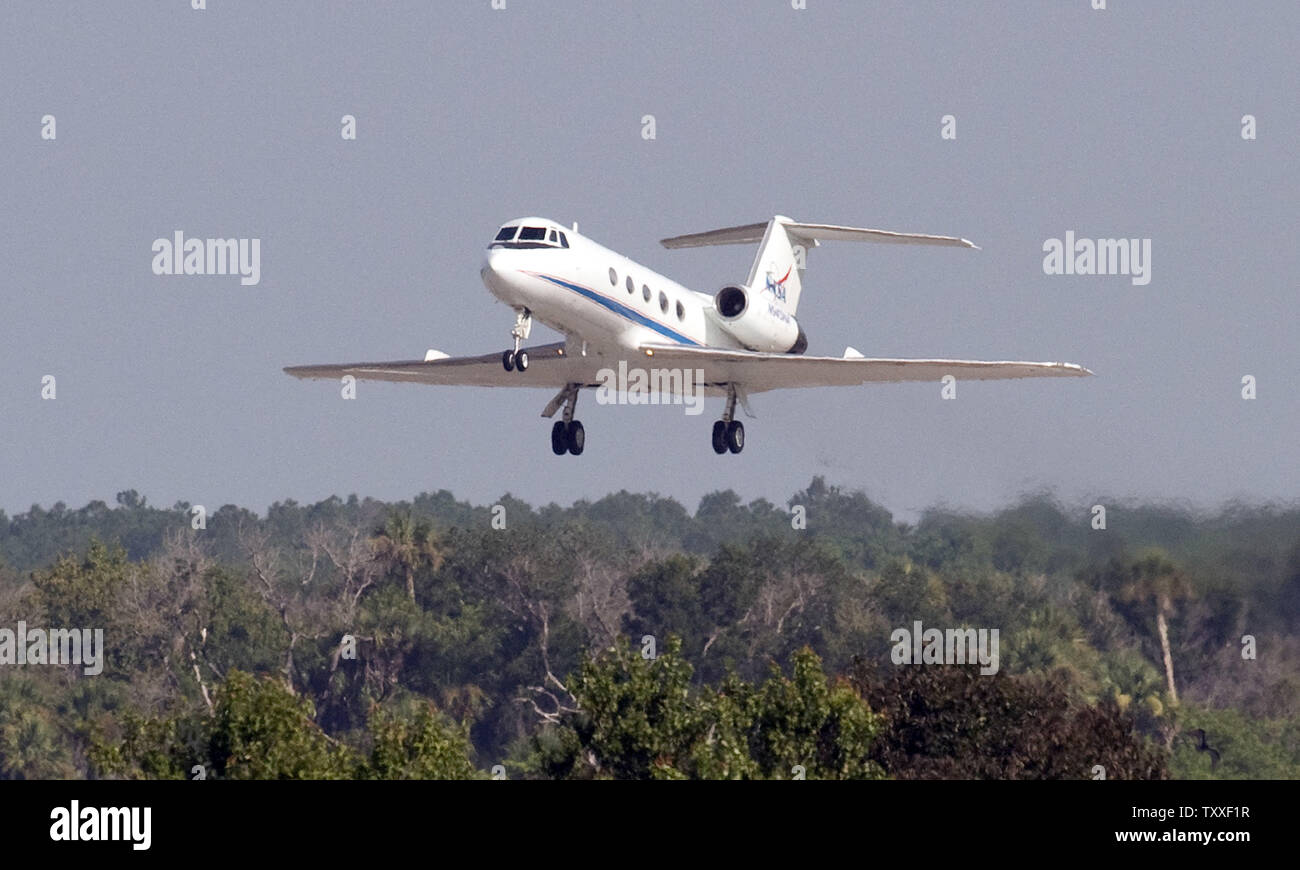 NASA's Gulfstream G IV aircraft flies down runway 15 at the Kennedy Space Center on July 31, 2009. Astronaut Steve Lindsey was flying the jet to check on weather conditions in preparation for the return of the Space Shuttle 'Endeavour'. Near perfect weather conditions allowed NASA to bring Endeavour in for a landing at 10:48 AM. (UPI photo/Joe Marino-Bill Cantrell) - Stock Image