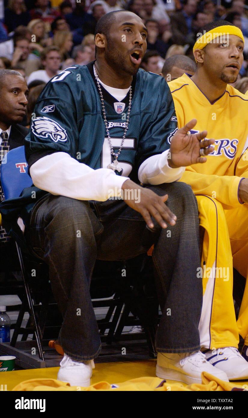 Los Angeles Lakers' Kobe Bryant, wearing a Philadelphia Eagles ...