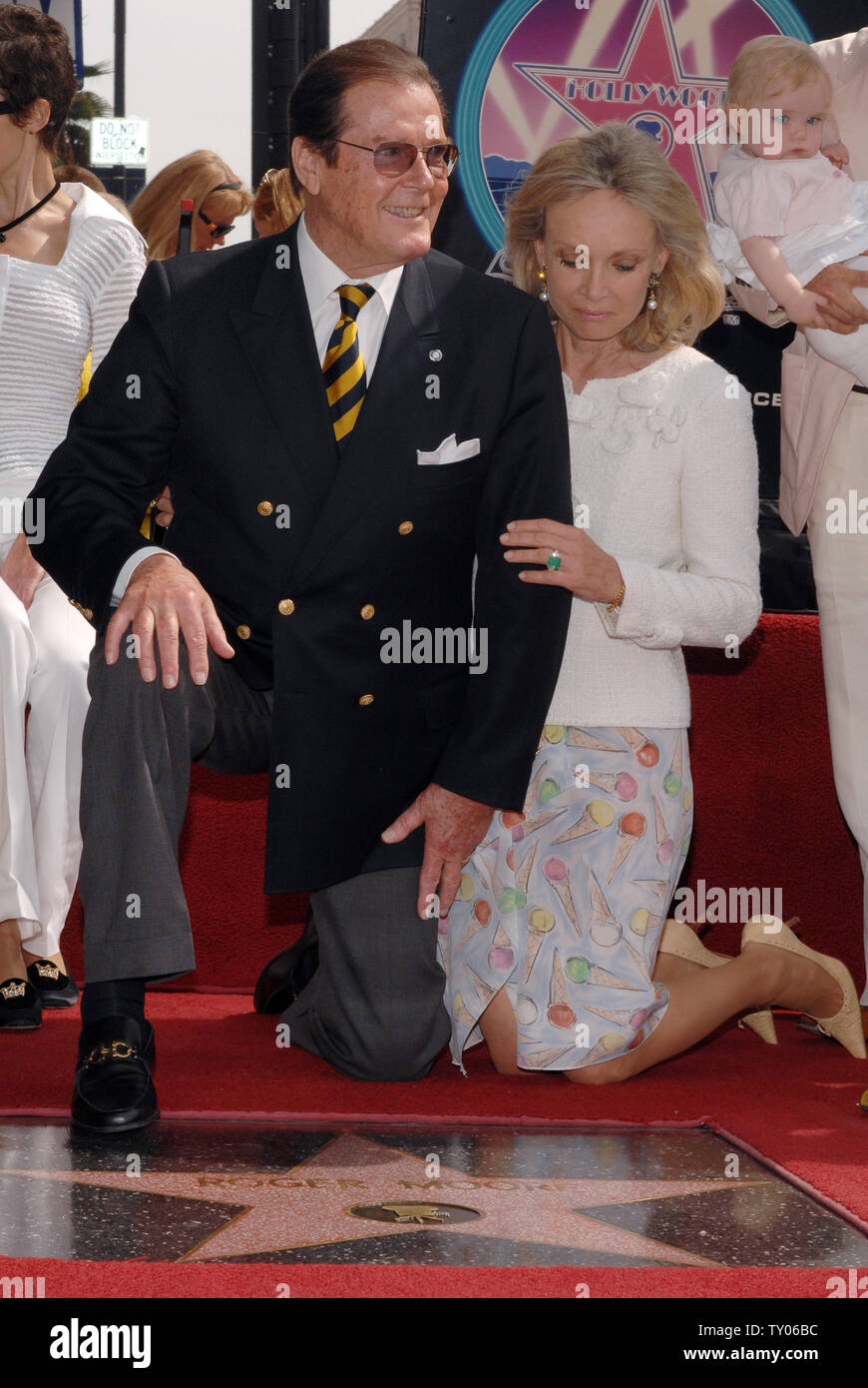 British actor Sir Roger Moore (L) and his wife, actress Christina Tholstrup pose during an unveiling ceremony honoring him with the 2,350th star on the Hollywood Walk of Fame in Los Angeles on October 11, 2007. Moore appeared in 1973 in his first James Bond film 'Live and Let Die.' He also starred as Simon Templar in the TV series 'The Saint.'  (UPI Photo/Jim Ruymen) - Stock Image