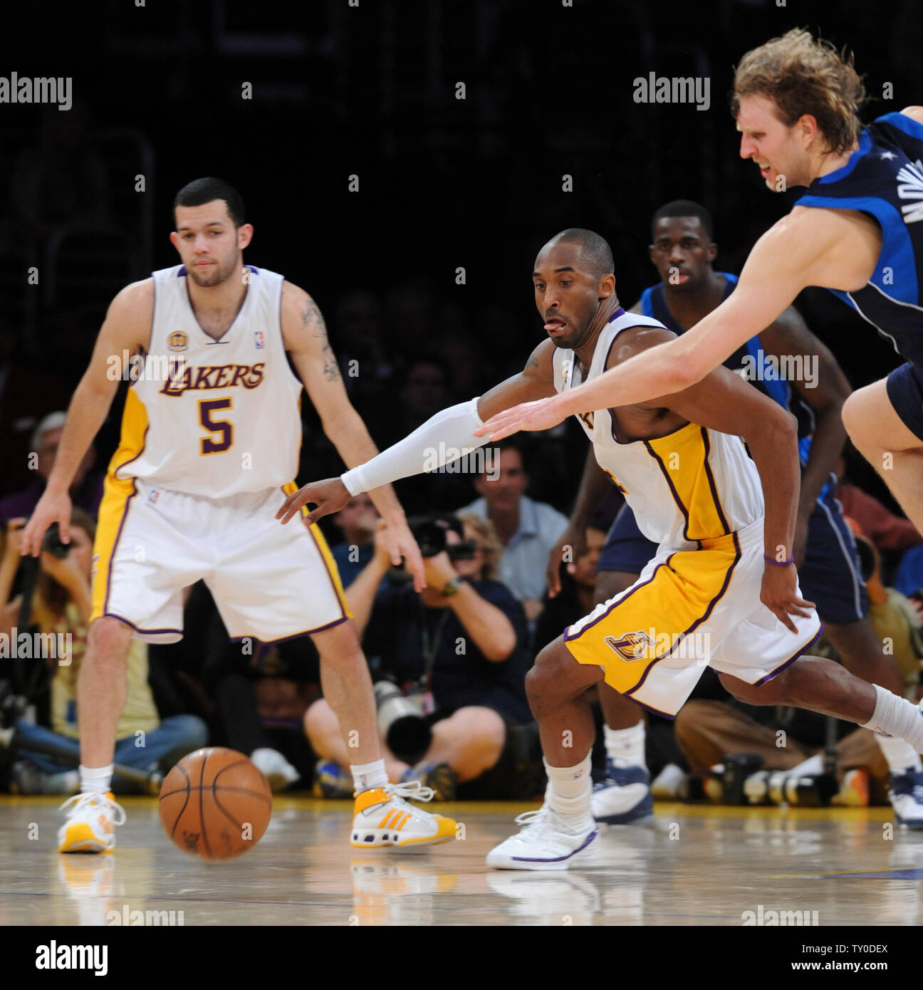 Los Angeles Lakers Kobe Bryant L And Dallas Mavericks