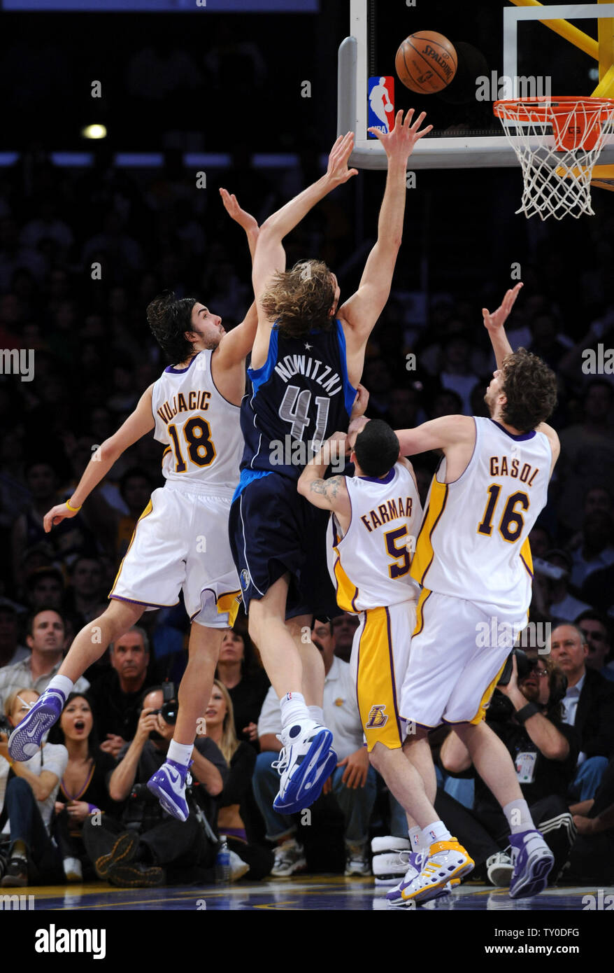 Dallas Mavericks Dirk Nowitzki Scores Over Los Angeles