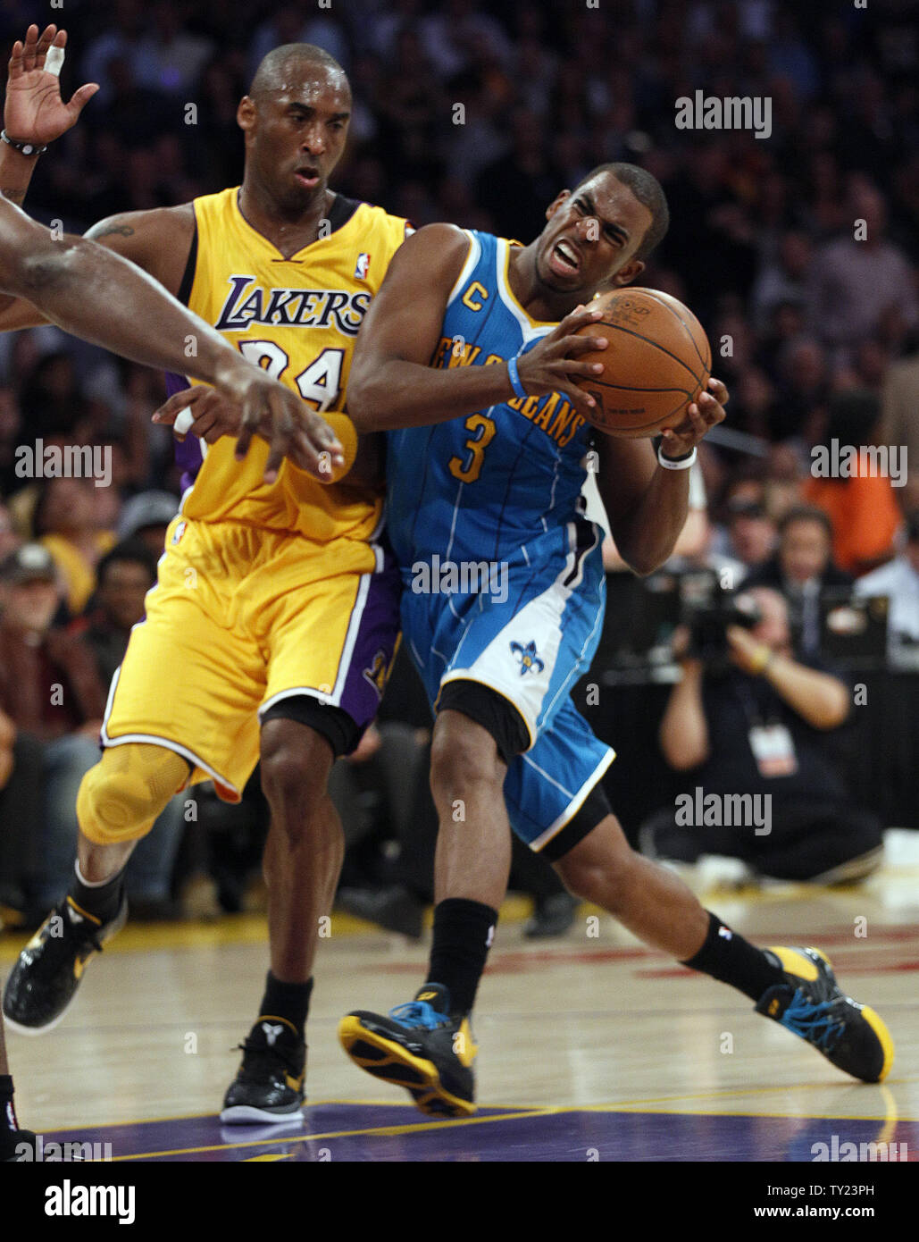 cheaper 61efe 0c00f New Orleans Hornets point guard Chris Paul (3) is stopped by ...