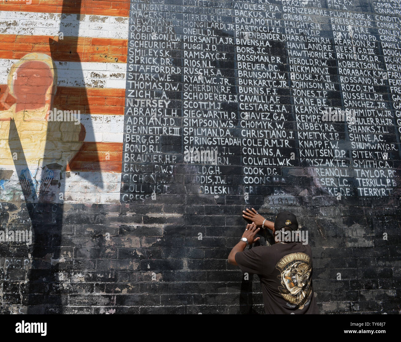 Former Marine Jon Scudder Removes Graffiti From A Memorial Bearing The Names Of 2 273 Soldiers Counted As Either Prisoners Of War Or Missing In Action In Vietnam That Vandals Defaced Days Before