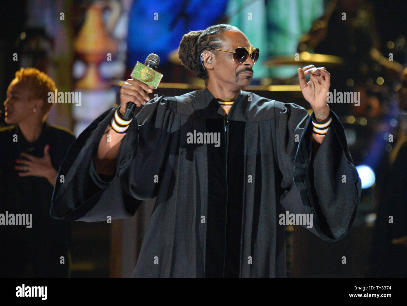 Snoop Dogg Performs Live In Stock Photos & Snoop Dogg