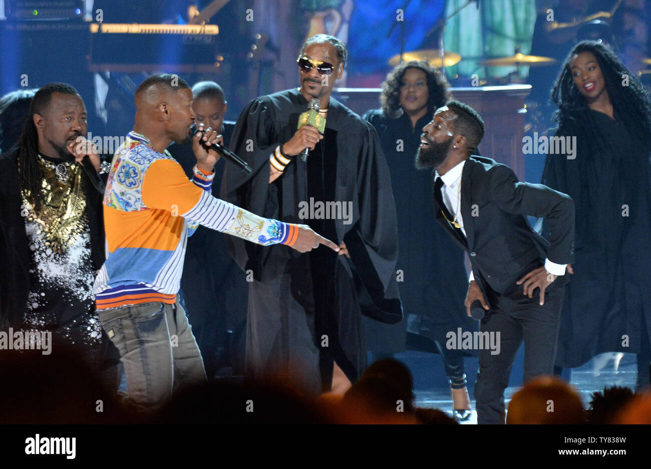 Jamie Foxx, Snoop Dogg and Tye Tribbett perform during the