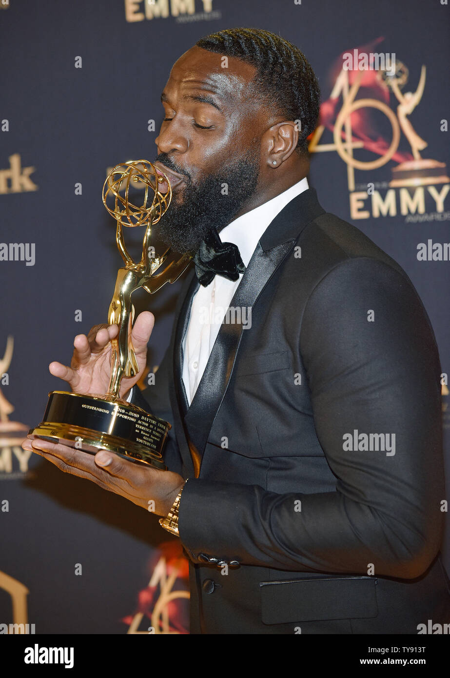 Terrence Terrell Actor >> Terrence Terrell Kisses His Emmy For Outstanding Supporting
