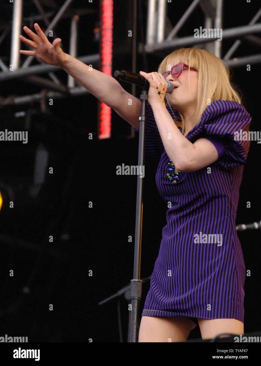 British singer Alison Goldfrapp performs with synth/pop duo Goldfrapp at the 02 Wireless festival in Hyde Park in London on June 25,2006. (UPI Photo/Rune Hellestad) - Stock Image
