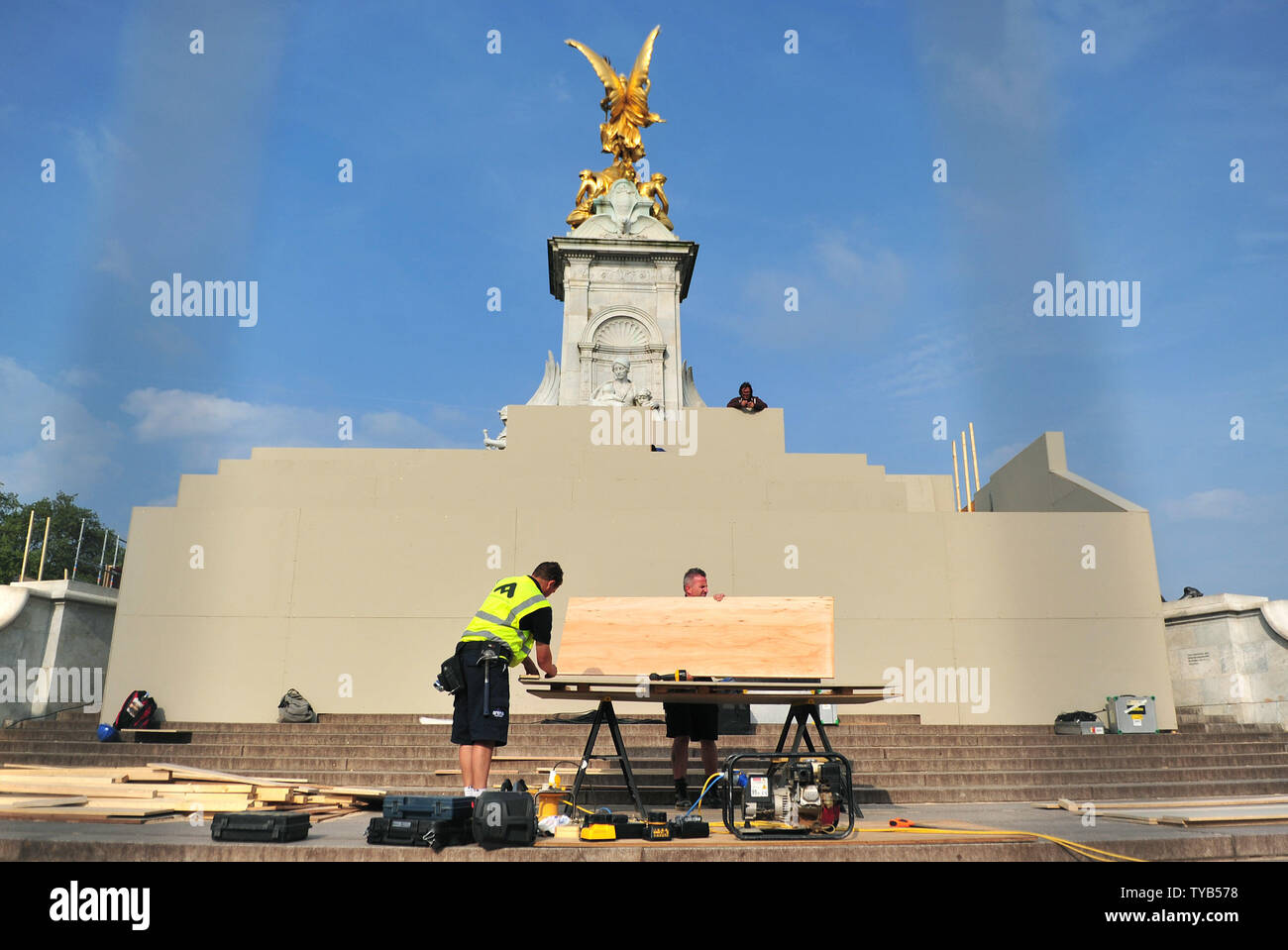 Workers put the finishing touches on a media stand in front of Buckingham Palace in preparation for the royal wedding, in London, April 26, 2011.  The Royal Wedding of Prince William and Kate Middleton will take place on April 29th, 2011.  UPI/Kevin Dietsch - Stock Image