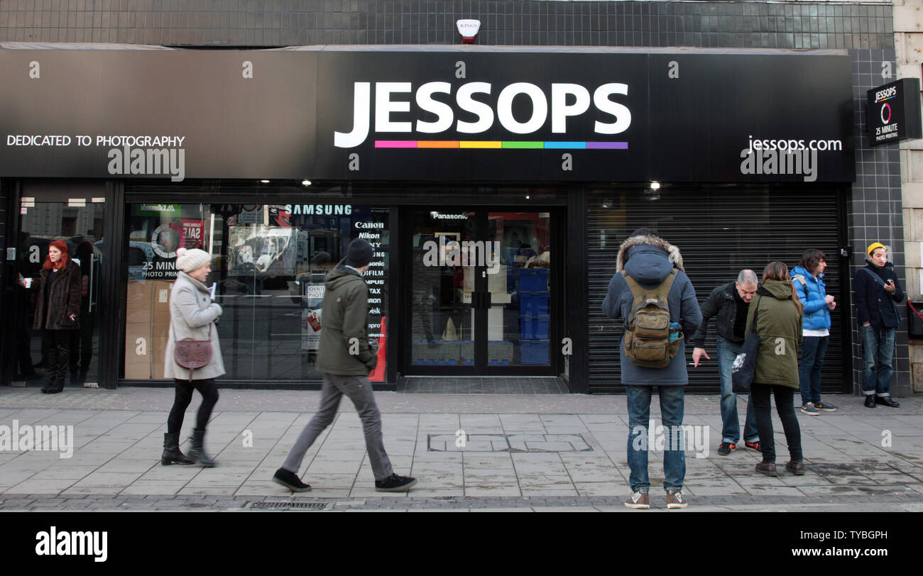 Shoppers walk past Jessops camera store,Britain's largest camera retailer which last week went into administration on the day HMV Britain's biggest music and entertainment chain went into administration ninety two years after it opened it's first store on London's Oxford St, Tuesday 15 2013. Britain's retail landscape remains bleak with many major retailers continuing to slash prices well into the new year.     UPI/Hugo Philpott - Stock Image