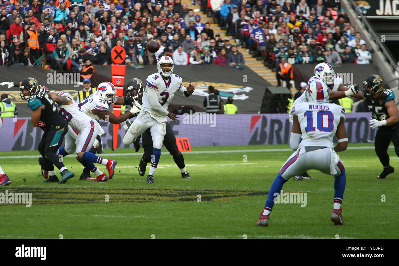 4f4c6e53 Buffalo Bills Quarter Back Tyrod Taylor throws the football to Wide ...